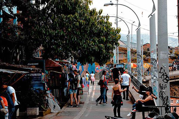 Comuna 13 de Medellín, escaleras eléctricas y Graffiti tour